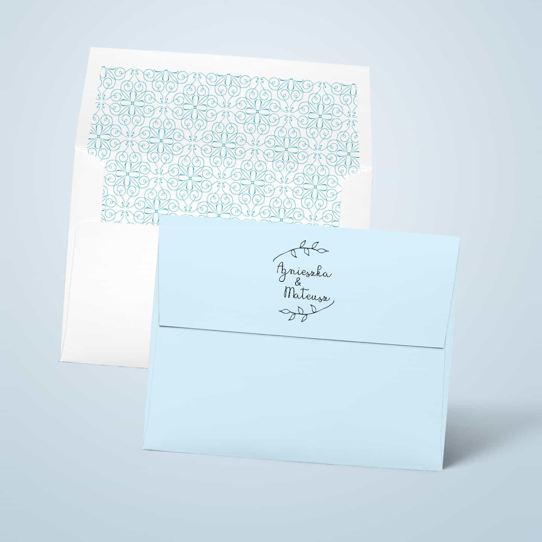 Błękitna koperta z pieczątką na klapce i nadrukiem wewnątrz