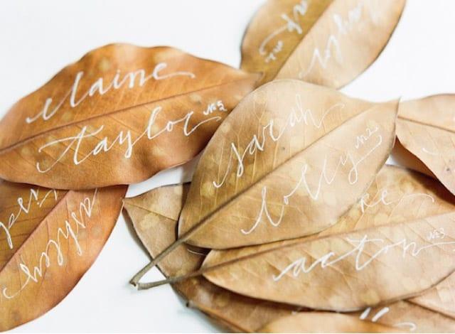 Imiona gości wypisane na liściach