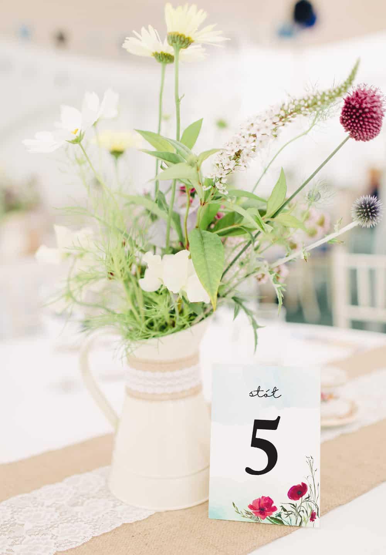 Numery na stół weselny z czerwonymi makami
