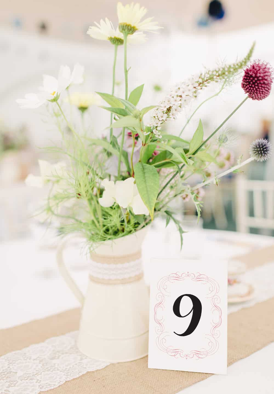 Eleganckie numery stołów, delikatny róż i ornamenty