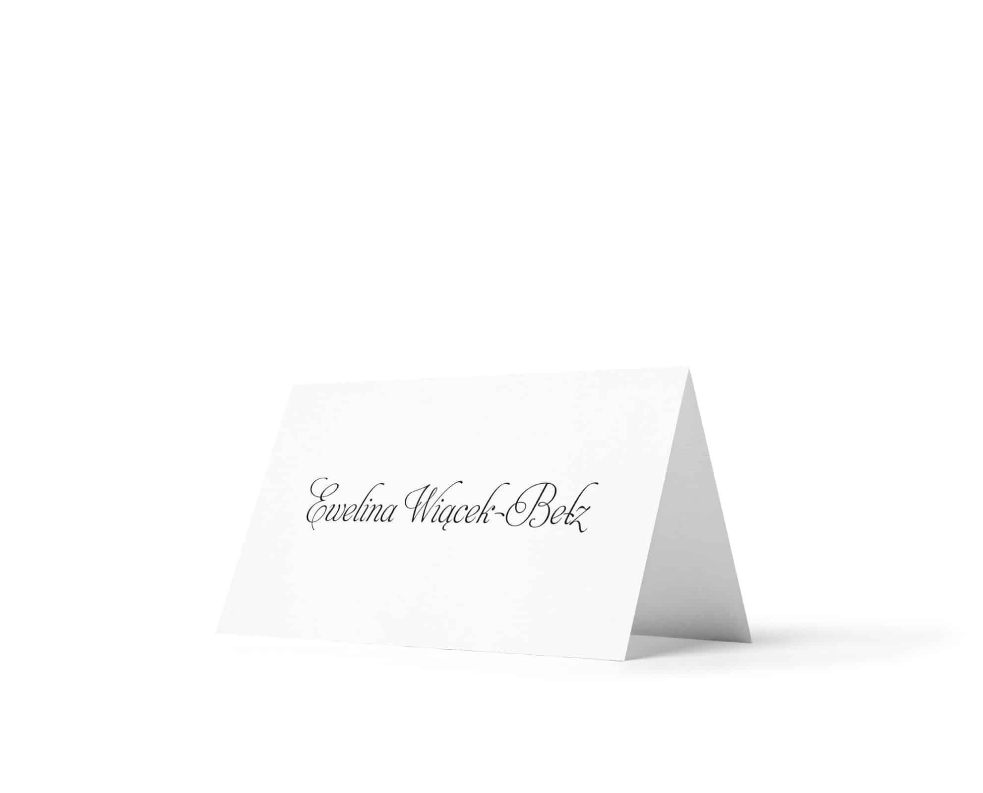 Winietki wypisane odręczną czcionką, proste na białym papierze