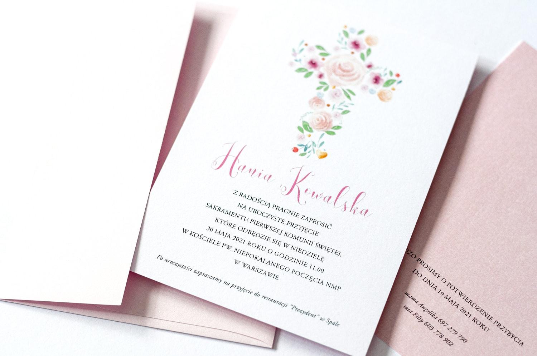 Zaproszenia na Komunię z dużym krzyżem z kwiatów róż i zielonych listków