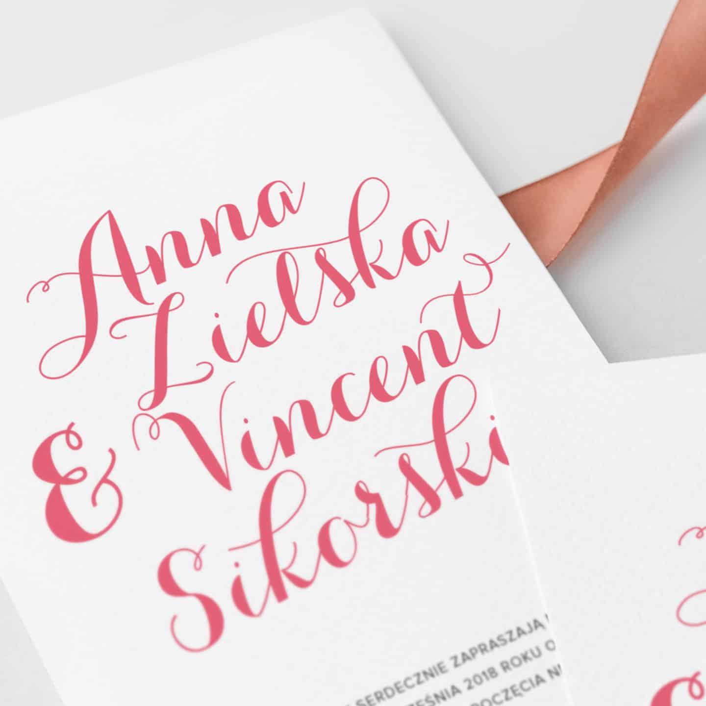 Zaproszenie z dekoracyjną czcionką w kolorze różowym