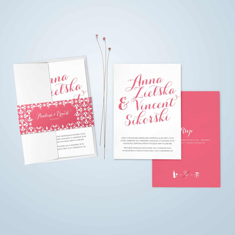Zaproszenie z różowymi wstawkami w formie tekstu i dodatków