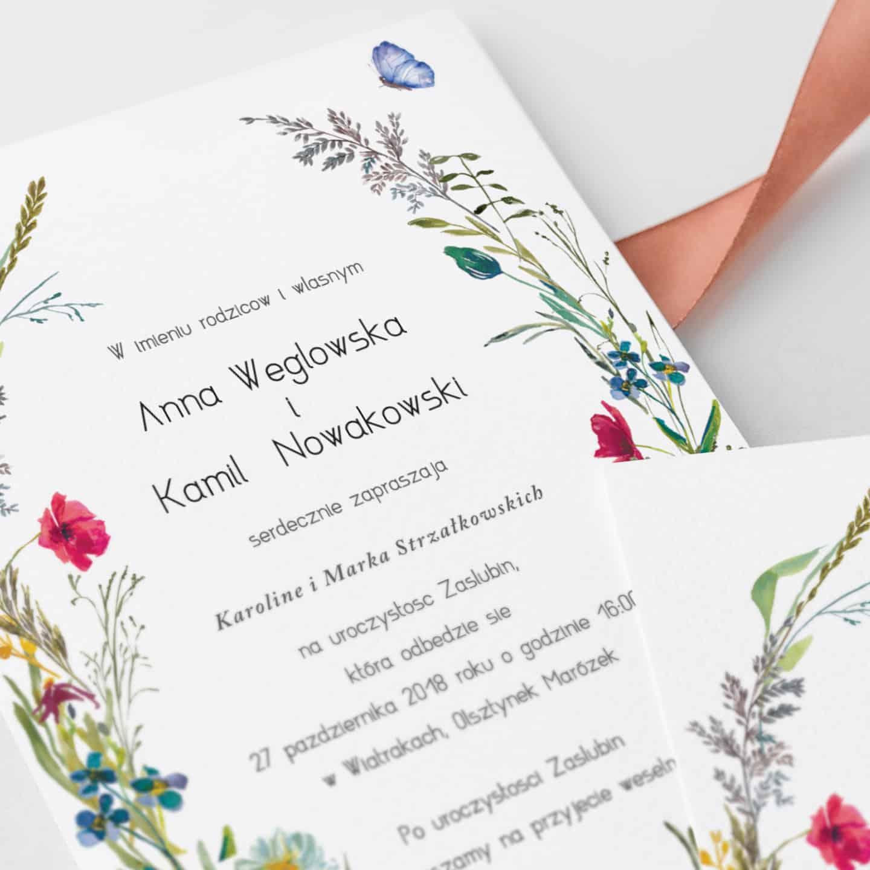 Zaproszenie z motywem polnych kwiatków oraz dekoracyjną czcionką