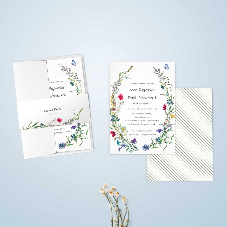 Zaproszenie z kwiatkami polnymi, dekoracyjną owijką i ozdobną czcionką