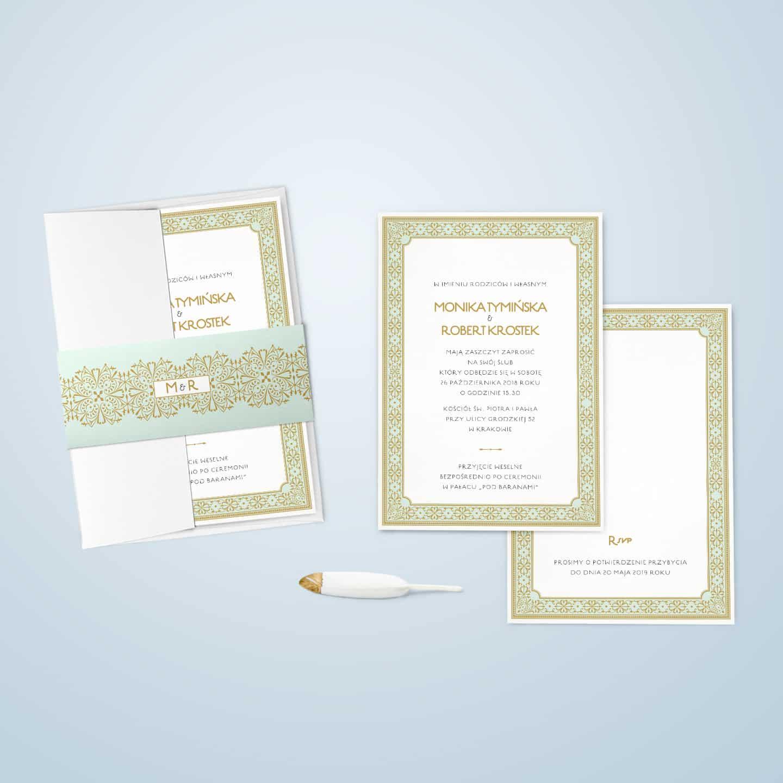 Zaproszenie miętowe z elementami ornamentalnymi w kolorze złota, typograficzną czcionką i dekoracyjną owijką