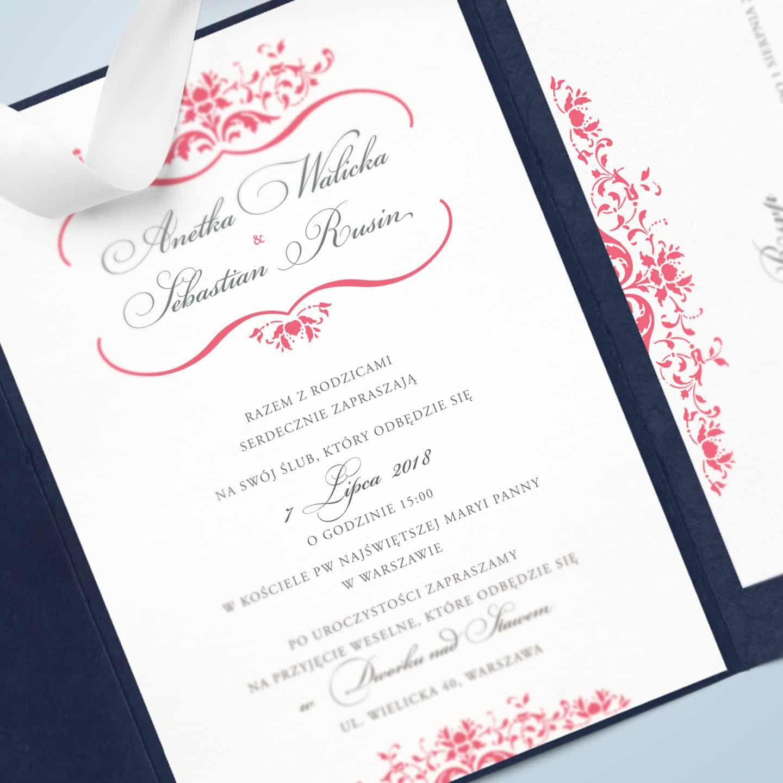 Zaproszenie w kolorystyce różu, imitacją odręcznego pisma i ornamentalnymi wzorami