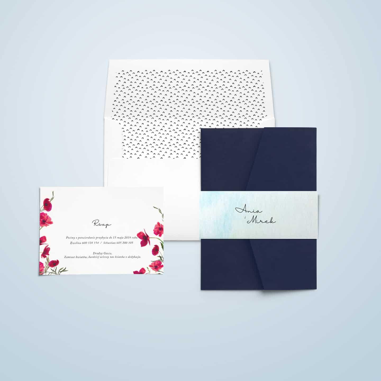 Zaproszenie w kompozycji maków, kwiatów, ozdobną owijką i dekoracyjną kopertą