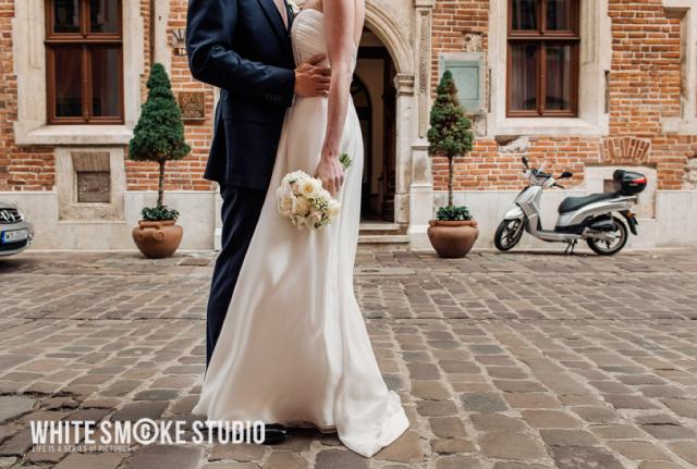 Para na rynku krakowskim z bukietem