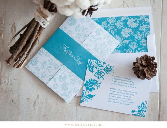 Składane zaproszenie zimowe z opaską w niebieskim kolorze
