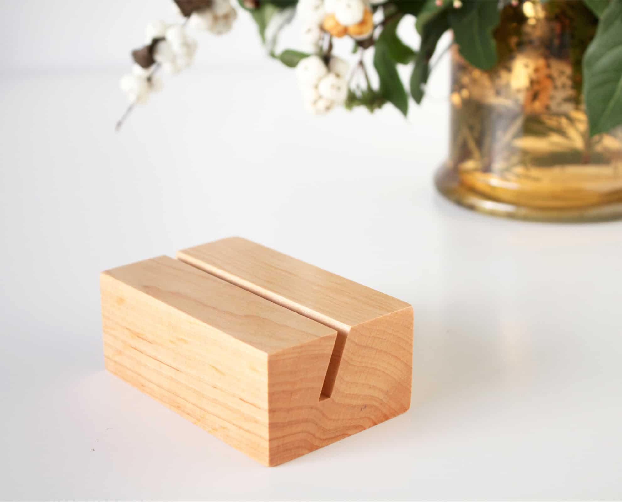 Minimalistyczna drewniana podstawka na zdjęcia i wydruki