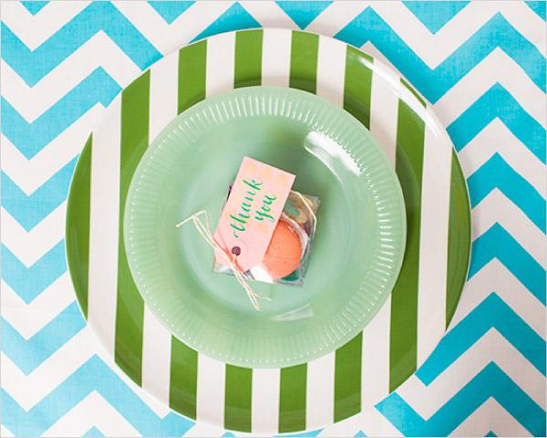 Talerze na stołach w zielone pasy i obróz w paski chevron