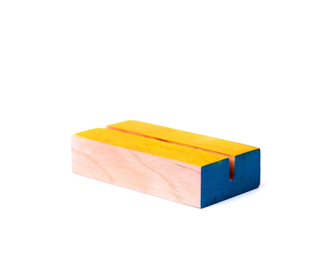 Drewniane podstawki na numery stołów w kolorach pudrowego różu, żóltego i niebieskiego