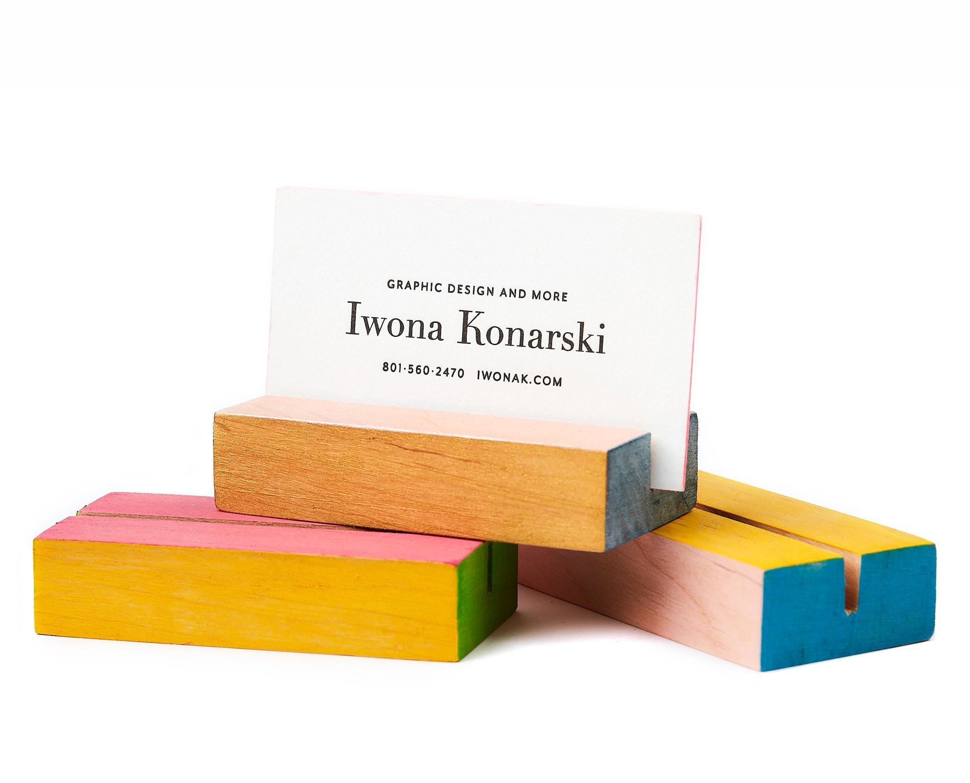 Drewniane podstawki na wydruki w różnych kolorach
