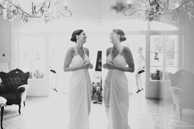 Piękna suknia ślubna Panny Młodej na czarno białym zdjęciu