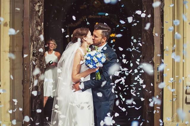 Biało niebieski bukiet ślubny i konfetti przed kościołem