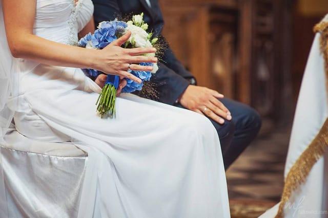 Biało niebieskie kwiaty w bukiecie ślubnym