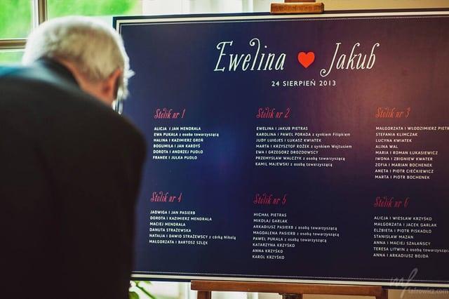 Granatowy Plan stołow weselnych z ozdobną czcionką i czerwonym serduszkiem