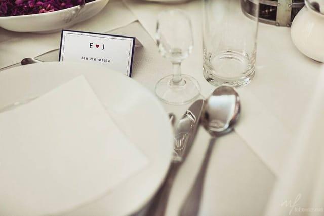 Winietka z czerwonym serduszkiem na stole weselnym