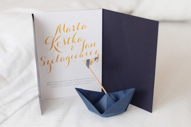 Zaproszenie slubne w folderze navy z zoltymi akcentami