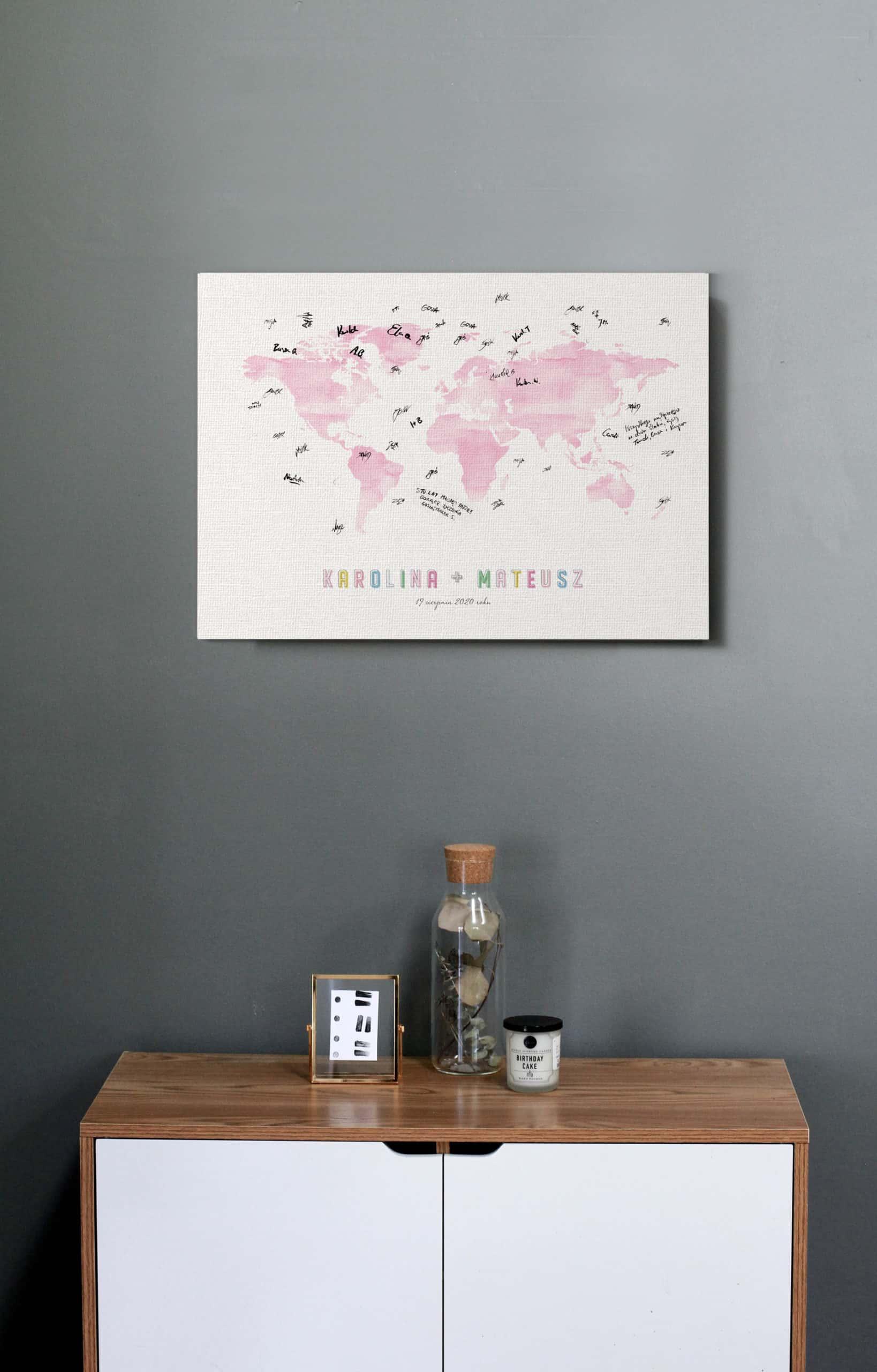 Księga gości na wesele z motywem mapy w różowym kolorze.