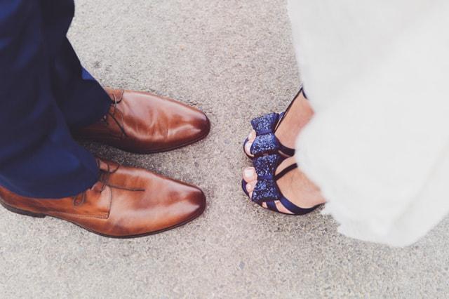 Kolorowe buty na slubie