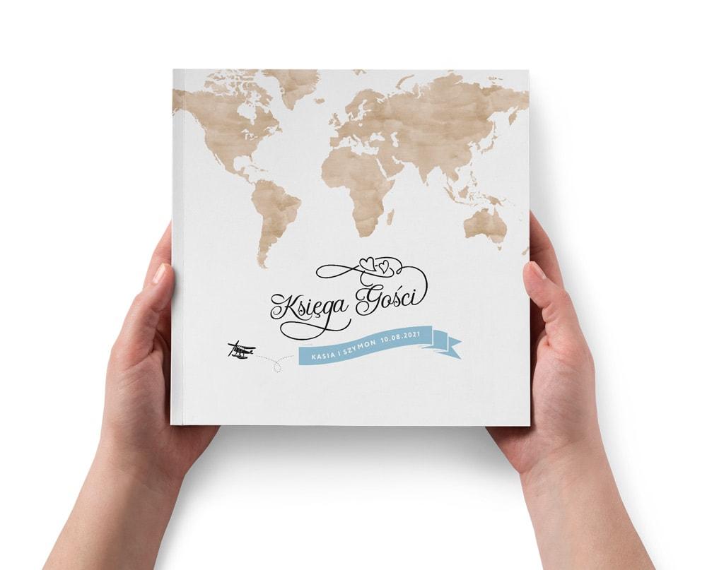 Księga gości z brązową mapą świata