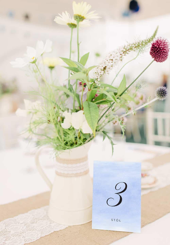 Jasno niebieskie numery stołów weselnych w akwarelowym stylu