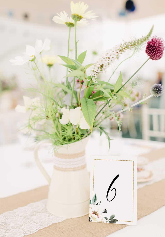 Numery na stoły w delikatne kwiaty ze złotą ramką