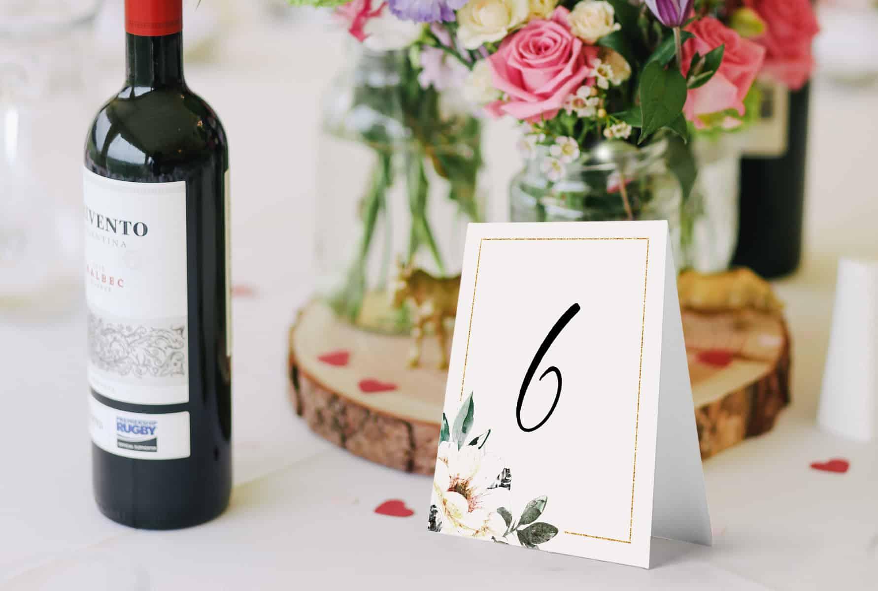 Numerki na stoły na wesele eleganckie ze złotą ramką i kwiatami