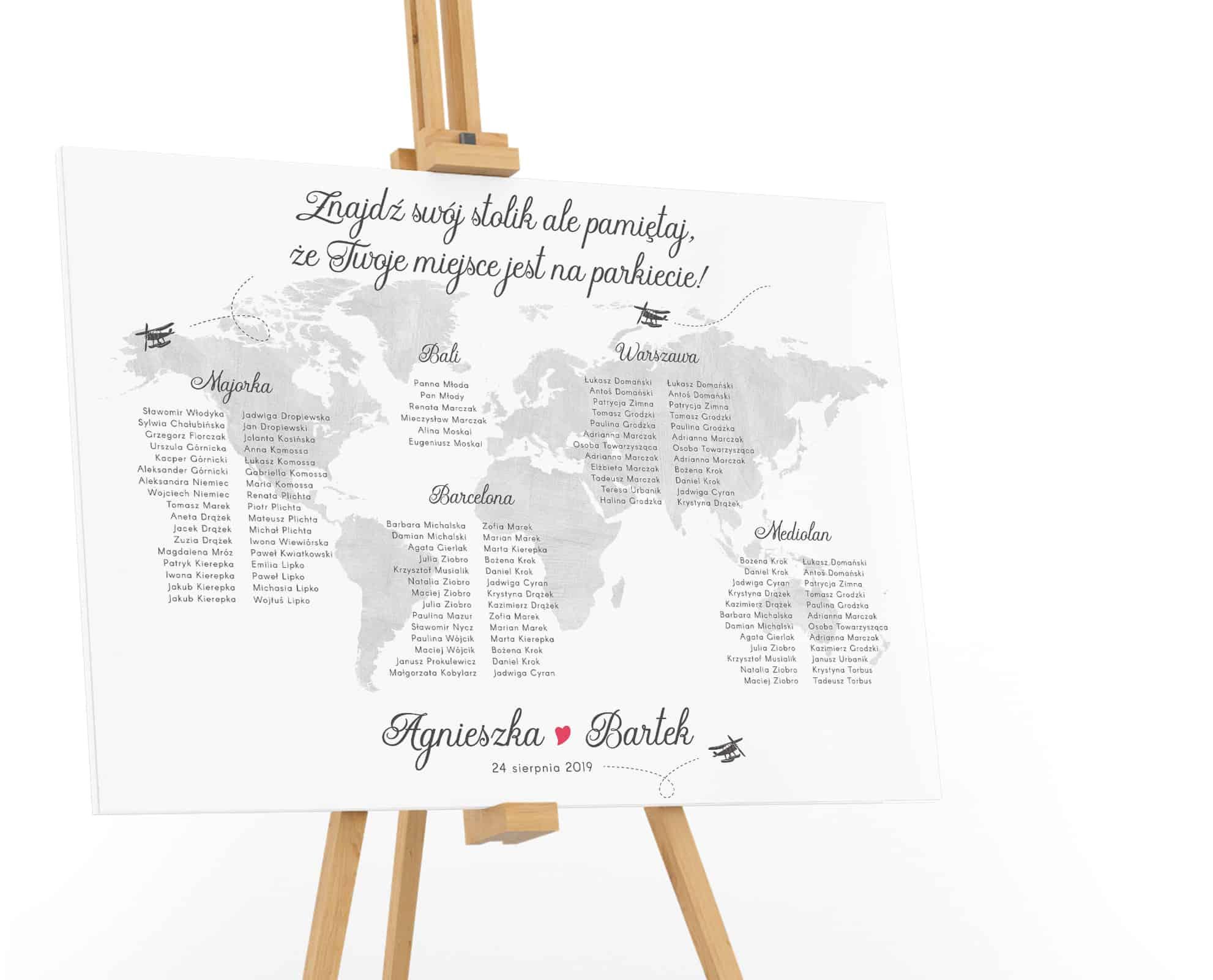 Plan stołów weselnych ze srebrną mapą świata i samolocikami