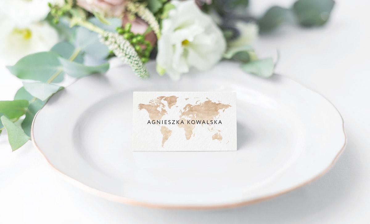 Winietki na stoły weselne, podróżniczy styl z brązową mapą świata