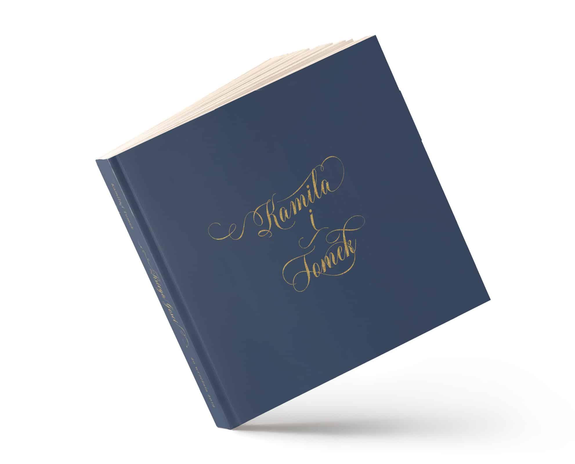 Księga gości w kolorze granatowym ze złotymi imionami Pary Młodej