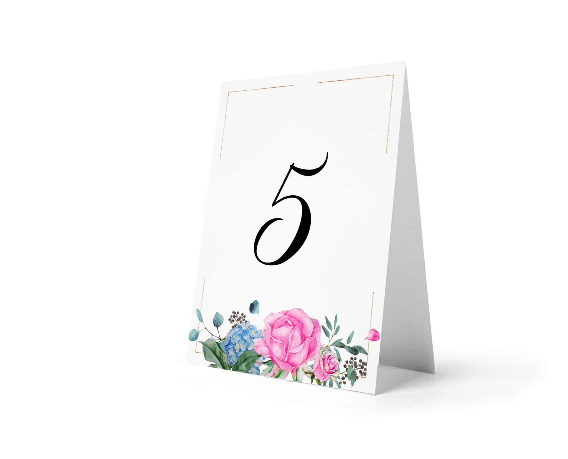 Numero stołów z kompozycją kwiatów, róż, listków