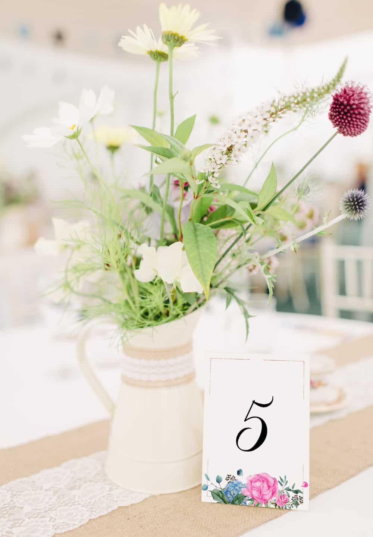 numery stołów, różowe róże, kolorowa kompozycja