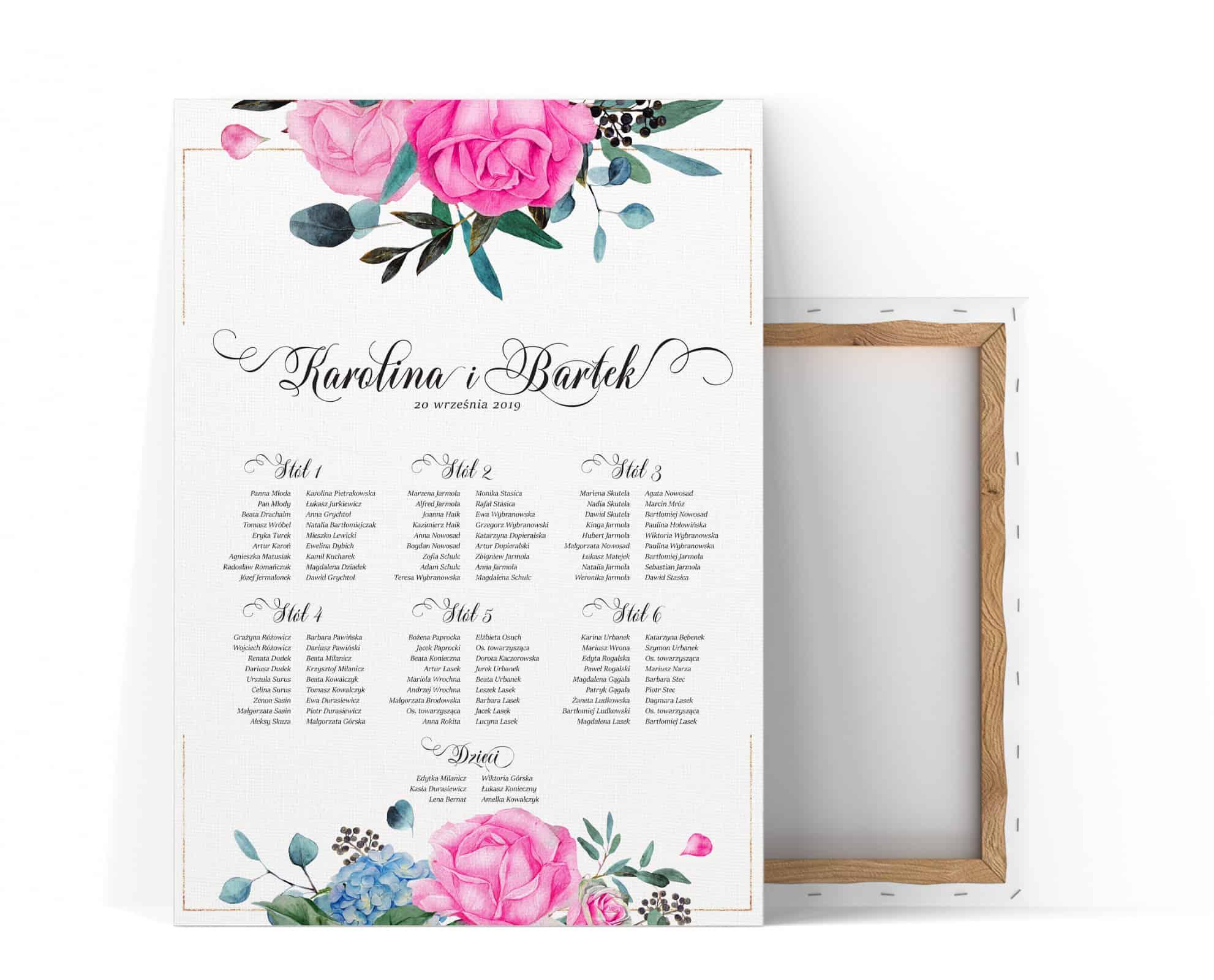 Plan stołów z komozycją różowych róż i zielonych liści