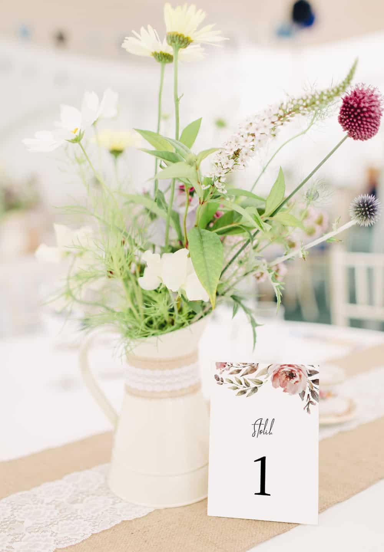 Numerki stołów na wesele, delikatne z prostą czcionką