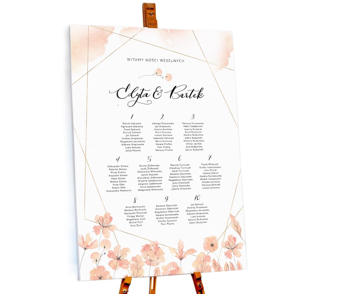 Jasno pomarańczowy plan stołów z delikatnymi kwiatami
