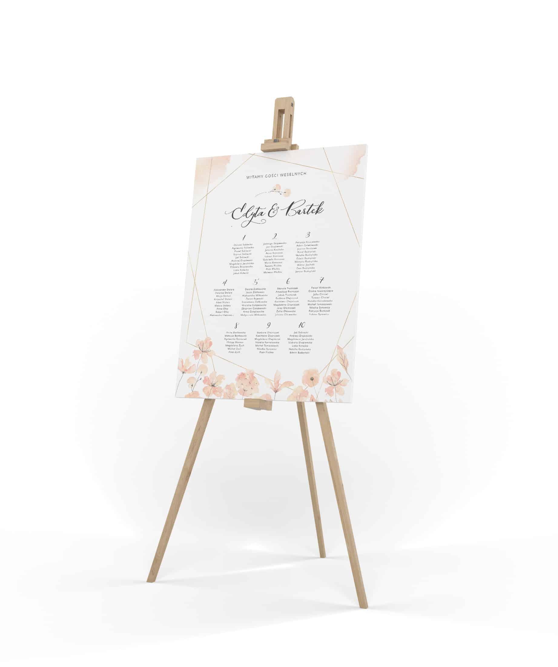 Plan stołów z piękną czcionką i jasnymi brzoskwiniowymi kwiatami