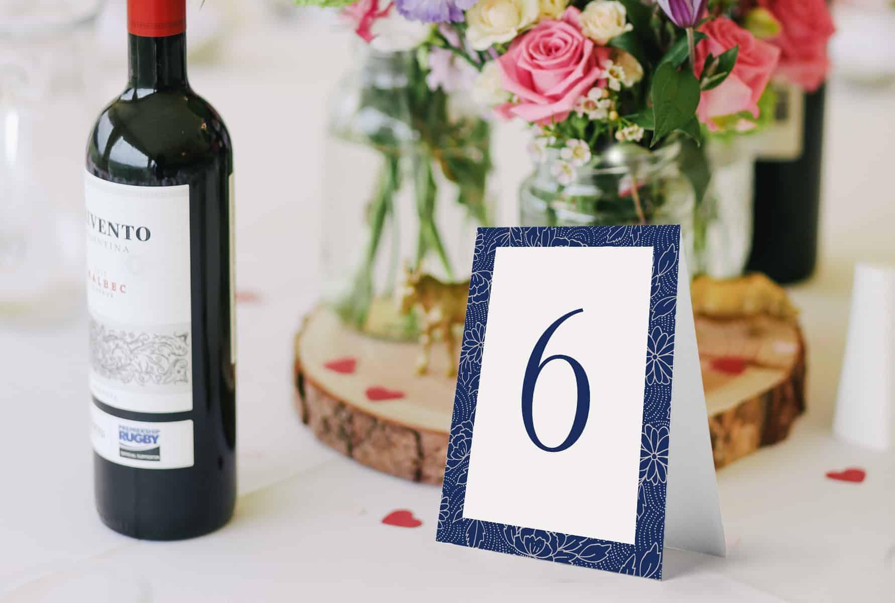 Minimalistyczne numerki na stoły do postawienia, biało granatowe