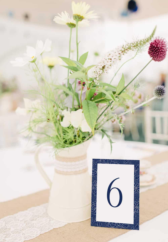 Proste biało grantowe kwiatowe numery na stół