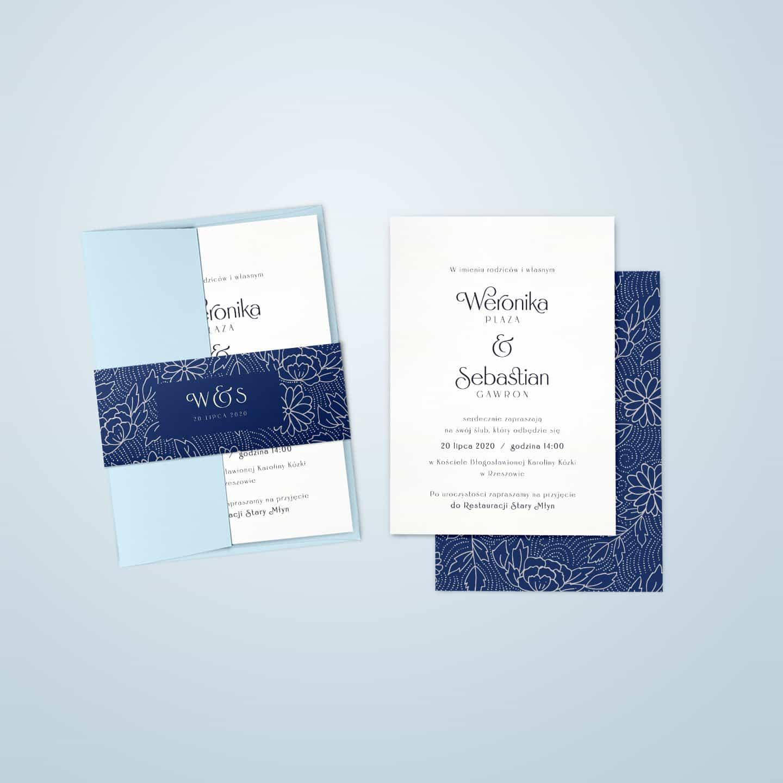 Białe, proste zaproszenia z elegancką kopertą i opaską z mozaiką z kwiatów