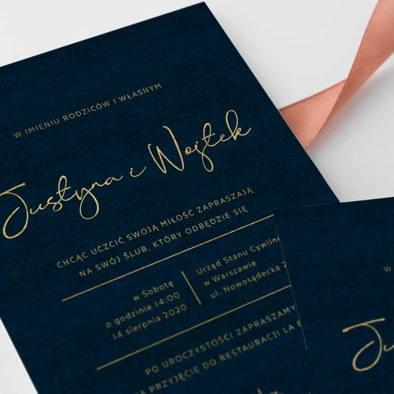 Zaproszenie na granatowym papierze i złotym tekstem