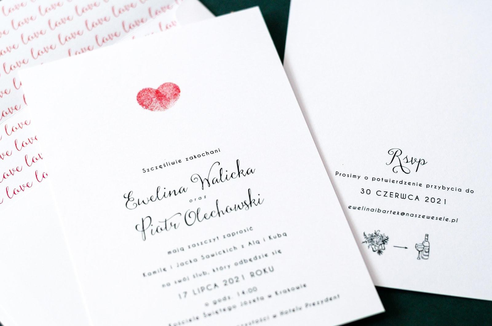 Romantyczne zaproszenia z czerwonym sercem zrobionym z odcisków palców