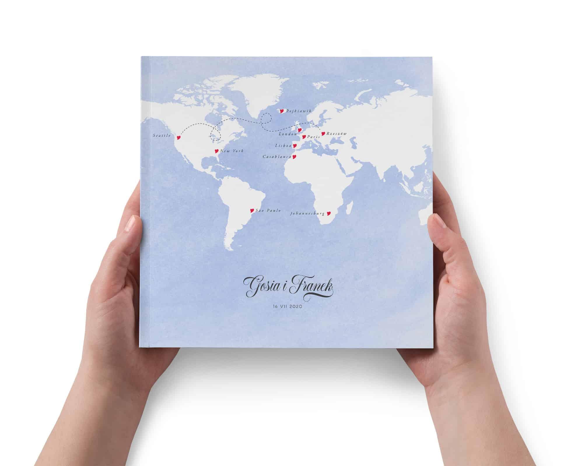 Elegancka księga w tradycyjnej formie w niebieskiej kolorystyce z mapą świata i serduszkami