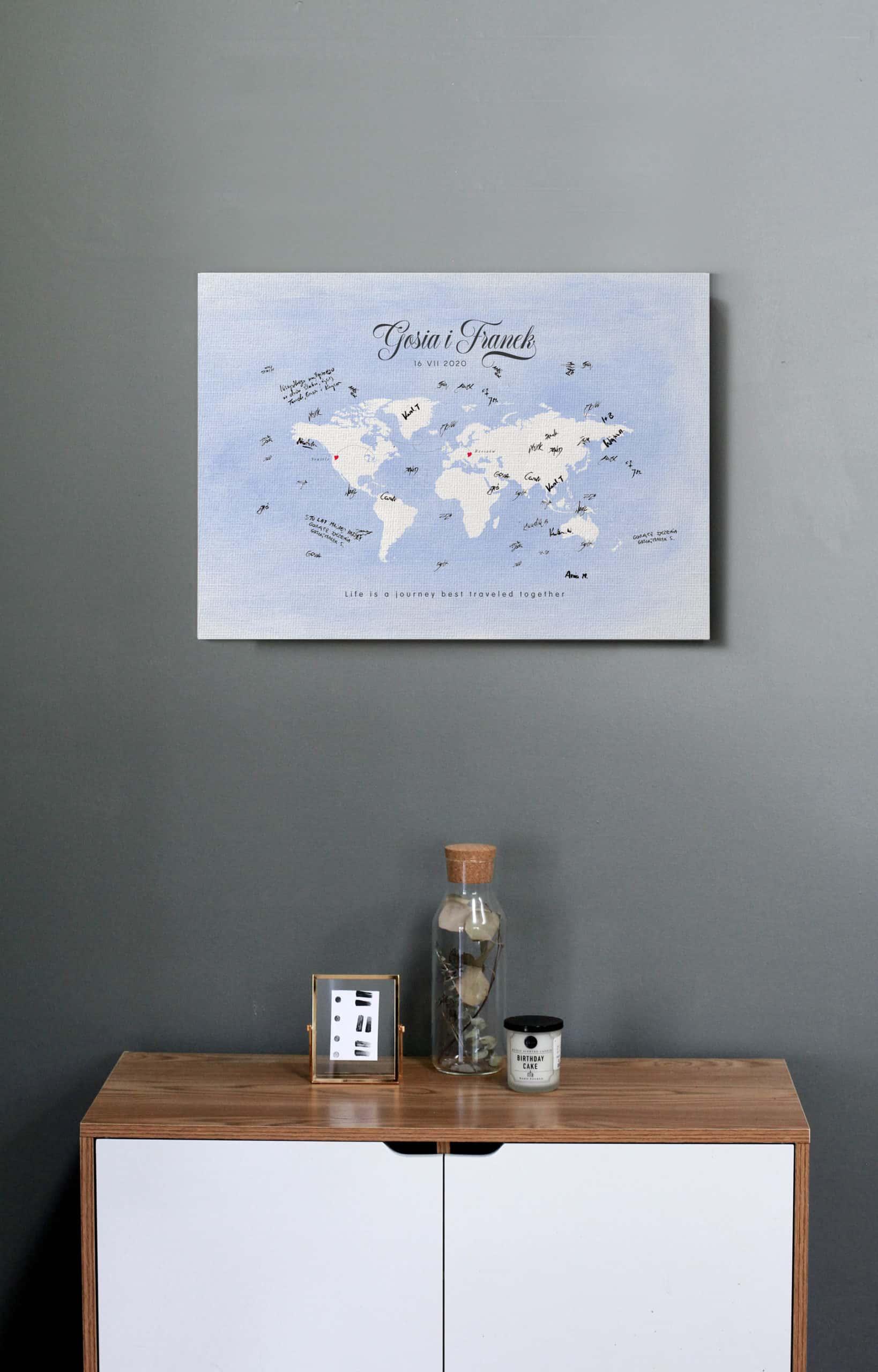 Księga gości z podpisami i życzeniami z motywem podróżniczym, mapa na błękitnym tle