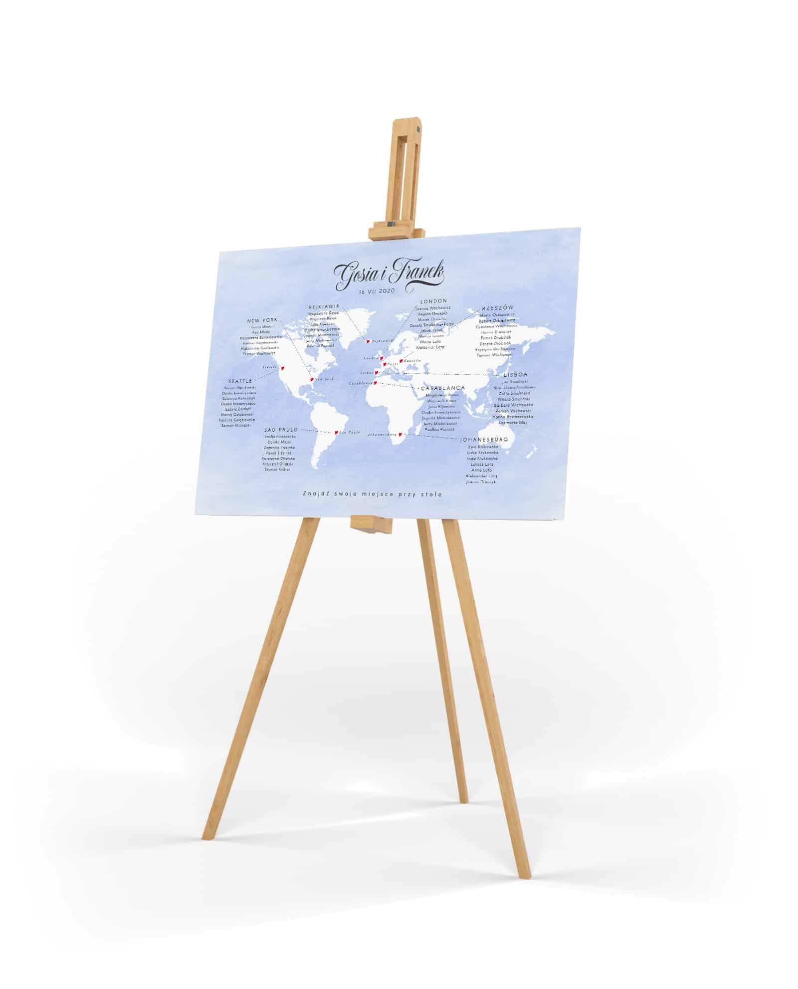 Plan stołów na wesele o tematyce podróży. Niebieskie tło i biała mapa ze stołami z nazwami miast.