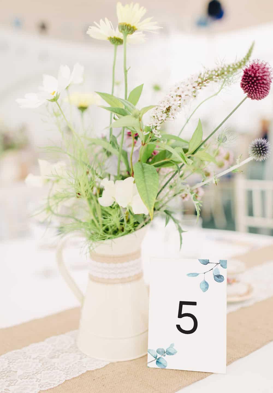 Proste i eleganckie numery stołów z eukaliptusem