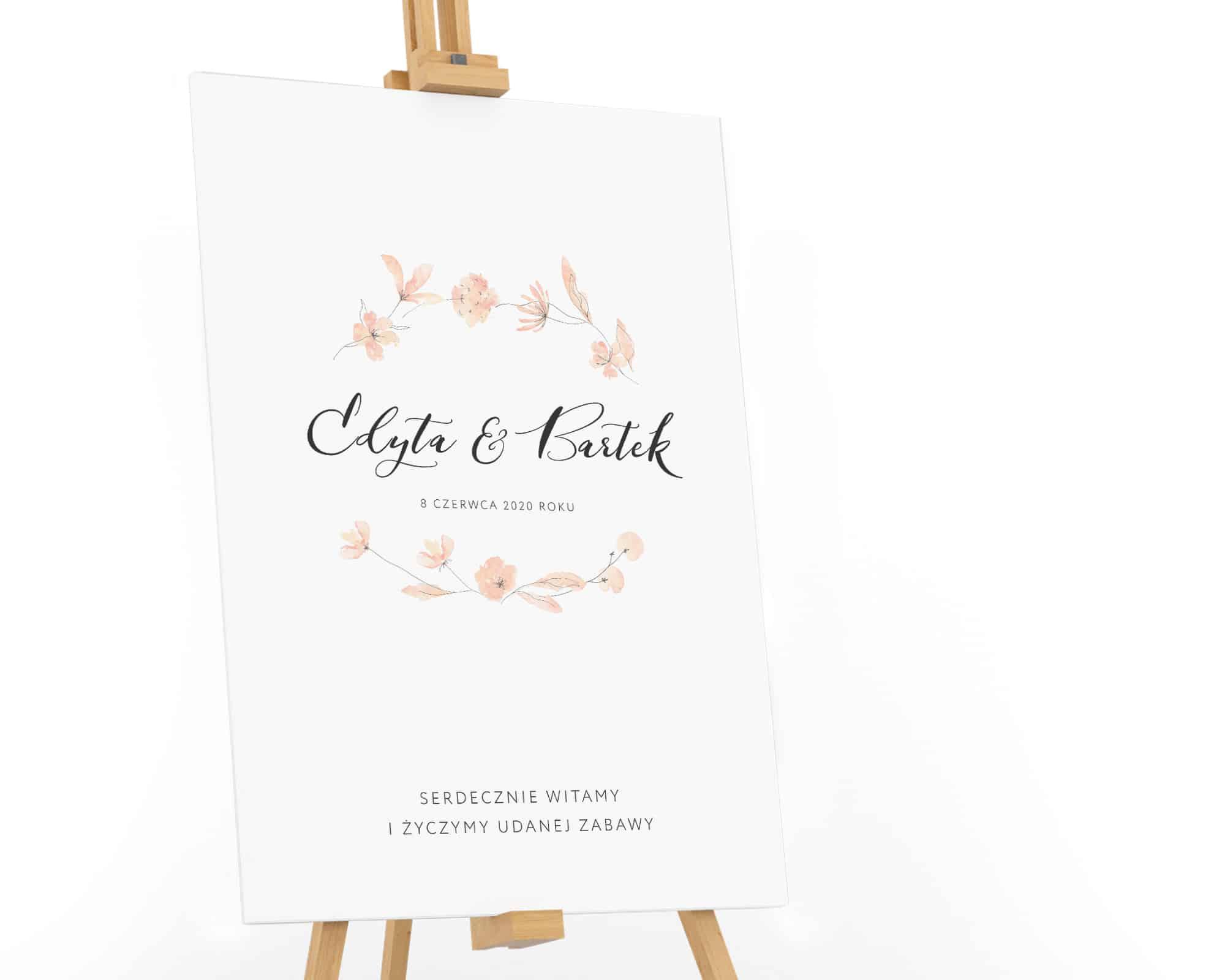 Prosty, gustowny plan stołów z kwiatami w jasno brzoskwiniowym kolorze